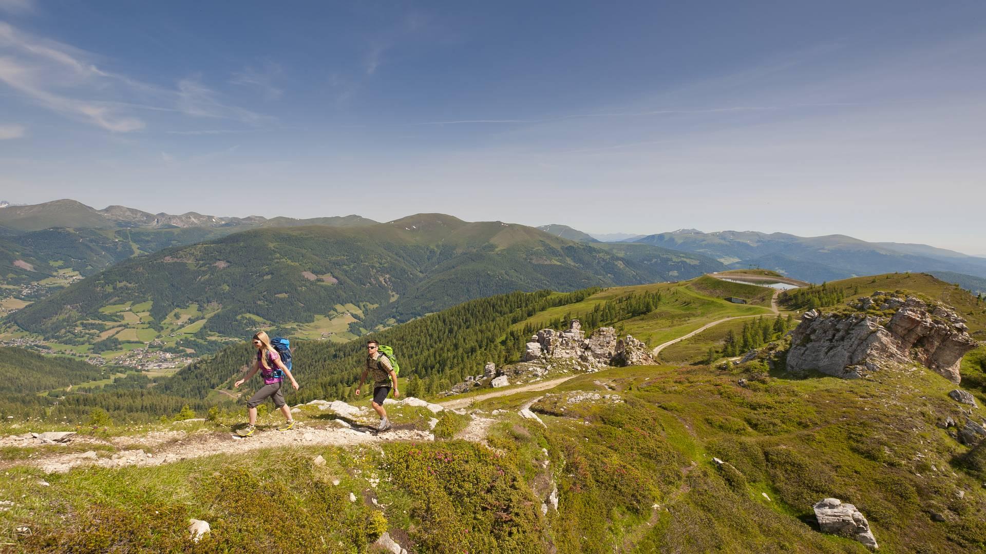 Pärchen bei Wanderung am Alpe Adria Trail in den Nockbergen
